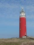 Roter Leuchtturm gegen einen blauen Himmel Lizenzfreies Stockfoto