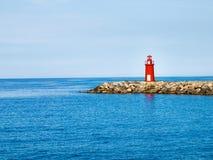 Roter Leuchtturm am Hafen des Eintrittsberichtes Lizenzfreie Stockbilder