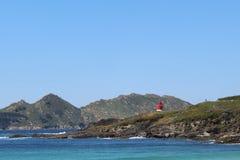 Roter Leuchtturm im Horizont stockbild
