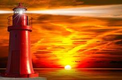 Roter Leuchtturm mit Lichtstrahl bei Sonnenuntergang lizenzfreie abbildung
