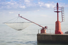 Roter Leuchtturm und Fischernetz Lizenzfreies Stockfoto