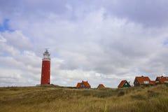 Roter Leuchtturm und Häuser Lizenzfreie Stockfotografie