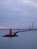 Roter Leuchtturm und Schornsteine in Dublin Harbor Stockfotografie