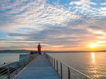 Roter Leuchtturm und Sonnenuntergang an einem schönen Sommertag Lizenzfreies Stockbild