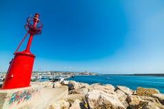 Roter Leuchtturm unter einem klaren Himmel Lizenzfreie Stockbilder