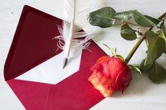 Roter Liebesbrief mit Gänsefeder und Rose lizenzfreie stockfotografie