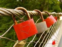 Roter Liebesverschluß oder -vorhängeschloß auf der Brücke Lizenzfreie Stockfotos