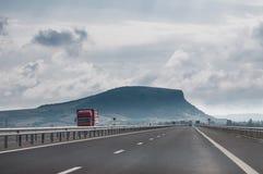 Roter LKW auf der Autobahn Stockfotografie