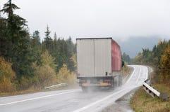 Roter LKW an der Bahn im Herbst Stockfotografie