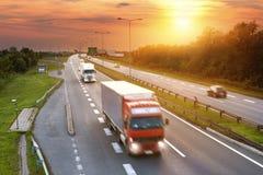 Roter LKW in der Hauptverkehrszeit auf der Autobahn Lizenzfreie Stockfotos