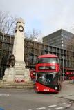 Roter London-Bus durch Kriegs-Denkmal Euston-Station Stockfotos