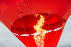 Roter Luftballon im Moment des brennenden Feuers lizenzfreies stockbild