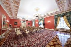 Roter Luxushall in der Gasterweiterung für das Treffen von Journalisten Lizenzfreies Stockfoto