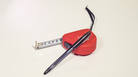 Roter Maßband und der Kugelschreiber lizenzfreies stockbild