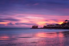Roter magischer Sonnenuntergang auf dem Strand von Oura in Albufeira portugal lizenzfreie stockfotografie