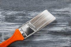 Roter Malerpinsel auf grauem gemaltem Hintergrund lizenzfreie stockfotografie