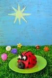 Roter Marienkäfer-kleiner Kuchen Stockfotografie