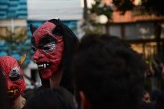 roter Maskenteufel an Halloween-Tag lizenzfreies stockbild