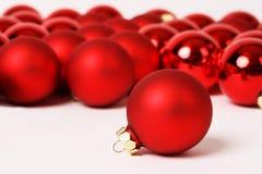 Roter matter Weihnachtsball und anderer Flitter auf weißem Hintergrund Lizenzfreies Stockbild