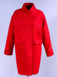 Roter modischer Mantel mit den Taschen lokalisiert auf grauem Hintergrund Oberbekleidung, Sammlung von Frühling 2017 Stockfotografie