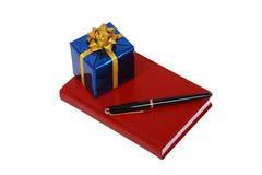 Roter Notizblock und Geschenk Lizenzfreie Stockbilder