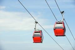Roter obenliegender Drahtseilbahn-blauer Himmel Lizenzfreie Stockbilder