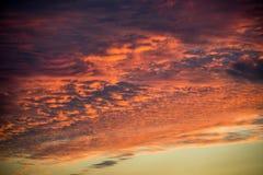 Roter orange Himmelzusammenfassungs-Klimasonnenuntergang Stockbild