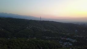 Roter orange Sonnenuntergang gegen den Fernsehturm Sichtbare Wolken, die Sonne stellt über den Horizont ein stock footage