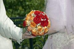 Roter, orange und weißer Hochzeitsblumenstrauß Lizenzfreie Stockfotografie