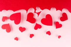 Roter Papierherztropfen der roten Wolke auf rosa Hintergrund Valentine Day-Hintergrund Lizenzfreie Stockbilder