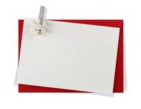 Roter Papierumschlag mit weißer Karte stockfotos