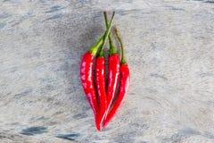 Roter Paprika auf altem Holz Stockfoto
