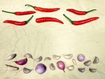 Roter Paprika, Knoblauch und Zwiebel lizenzfreie stockbilder