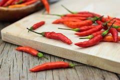 Roter Paprika Pfeffer auf dem hölzernen Hacken Stockfotografie