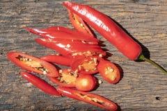 Roter Paprika pfeffert Scheiben über hölzernem Hintergrund, Draufsicht Heiße und würzige Bestandteile, die Konzept kochen lizenzfreie stockfotos