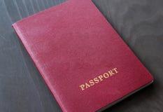 Roter Pass auf einem grauen dunklen Hintergrund Lizenzfreie Stockfotografie