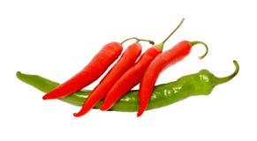 Roter Pfeffer Chile auf grünem Pfeffer Stockfotos