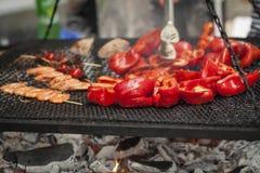 Roter Pfeffer, Tomaten und Garnele kochten auf dem Grill Stockfotos