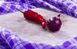 Roter Pfeffer und Zwiebel des Stilllebens Stockbild