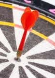 Roter Pfeil, der das Ziel schlägt Lizenzfreies Stockbild