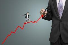 Roter Pfeil und andere des Geschäftsmannzeichnungswachstums, die auf ihn surfen Stockfotos