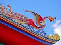 Roter Phoenix-Vogel im chinesischen Tempel mit Abschluss herauf Ansicht Stockfotos