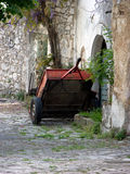 Roter Pkw-Anhänger nahe bei verlassene Altbauten auf cobbled Straße in Bakar, Kroatien Lizenzfreie Stockbilder