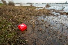 Roter Plastikbenzinkanister an Land gewaschen Stockfoto