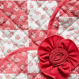 Roter Platz mit Blumen und Rose Fabric Texture Lizenzfreie Stockbilder