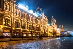 Roter Platz und Moskau geben Kaufhaus (GUMMI) nachts an. Stockfotos