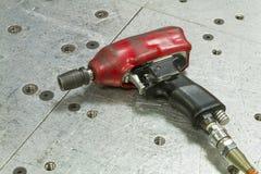 Roter pneumatischer Schlüssel stockfotos