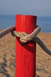 Roter Pol auf dem Strand Stockfoto