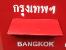 Roter Postbox und Buchstabeeinsatz in Bangkok, Thailand lizenzfreie stockfotografie