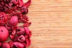 Roter Potpourri auf Holz mit Exemplarplatz Lizenzfreies Stockfoto